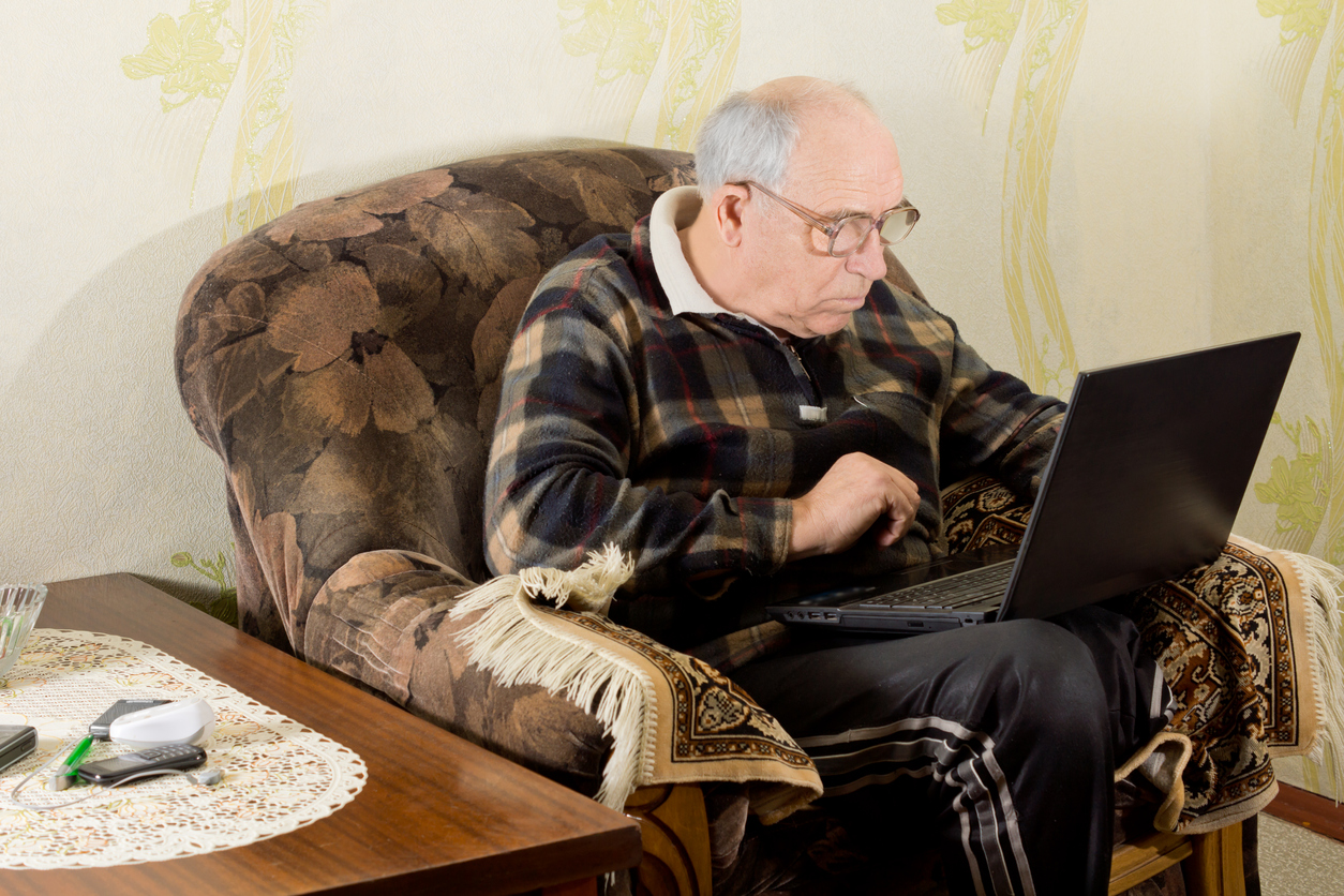 Senior man met laptop