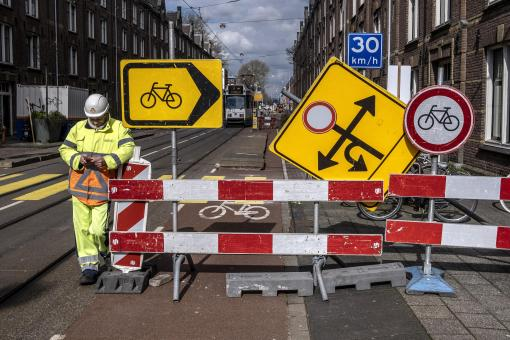 cover annual report 2019: constructor on the street and traffic signs